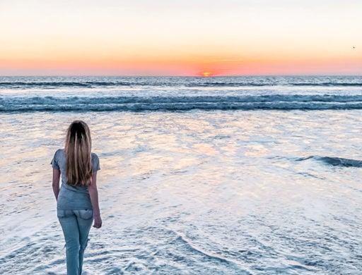 Ngắm hoàng hôn từ Bãi biển Venice ở Los Angeles, California